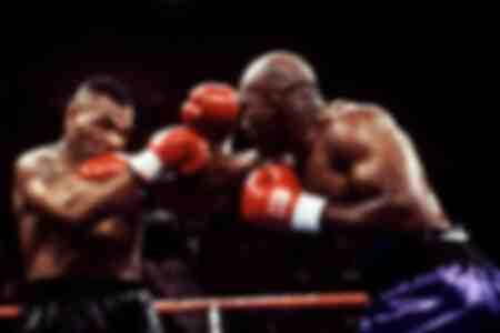 Evander Holyfield raakt Mike Tyson met een rechtse straat