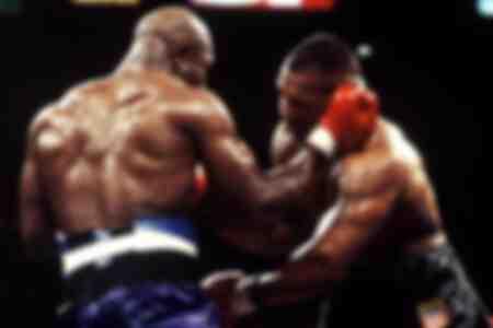 Evander Holyfield colpisce Mike Tyson con un gancio destro