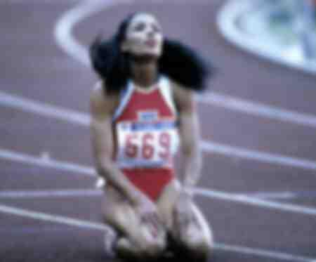 Florence Griffith Joyner à genoux après sa victoire