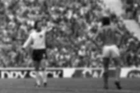 Franz Beckenbauer donne des instructions et Johan Cruyff écoute attentivement