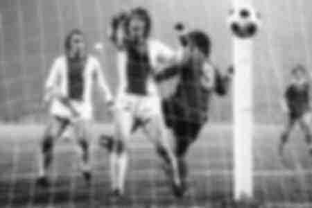 Gerd Müller du FC Bayern Munich ouvre le score le dos au but de la manièe habituelle