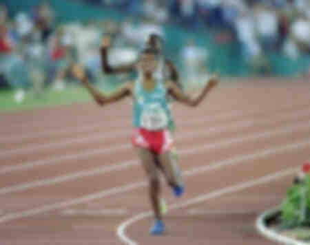 Haile Gebreselassie uit Ethiopië juicht bij de finish van de 10.000 meter lange run