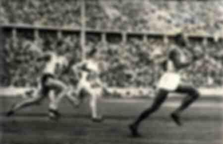 Jesse Owens verslaat het 200 meterrecord op de Olympische Spelen in Berlijn in 1936