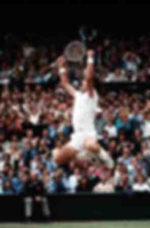 Jimmy Connors célèbre sa victoire en simple masculin à Wimbledon