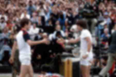 Jimmy Connors et John McEnroe se serrent la main après un match de Wimbledon