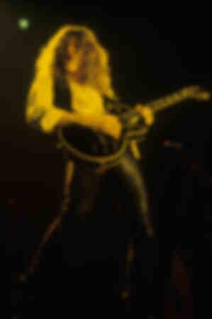 John Sykes de Whitesnake tocando en vivo en un concierto Slide it in Tour en Wembley Arena