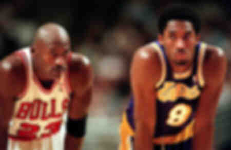 Michael Jordan e Kobe Bryant durante una partita di basket del 1997