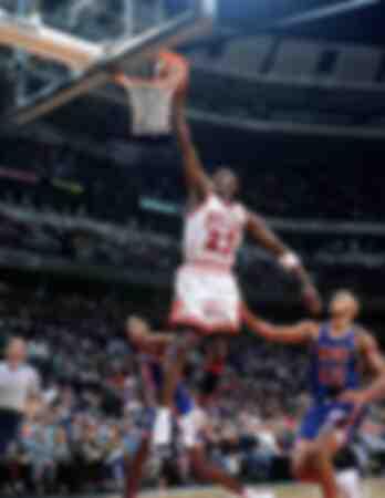 Michael Jordan des Chicago Bulls dans un lay-up contre PJ Brown des New Jersey Nets