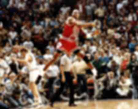 Michael Jordan dei Chicago Bulls festeggia dopo aver segnato il gol della vittoria