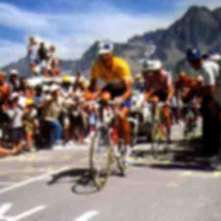 Miguel Indurain en maillot jaune mène une ascension devant Alex Zülle et Bjarne Riis