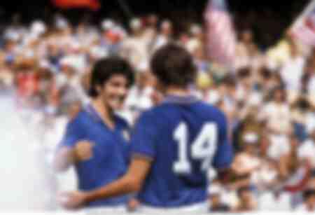Paolo Rossi célèbre avec Tardelli pendant un match de l'Italie contre la Pologne