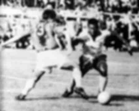 Pelé prend le ballon