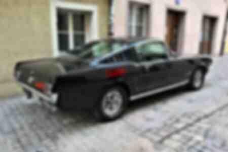 Vue latérale de la voiture classique Ford Mustang 289 avec plaque d'immatriculation H