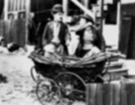 Scena con Charlie Chaplin e Baby Wilson in un passeggino
