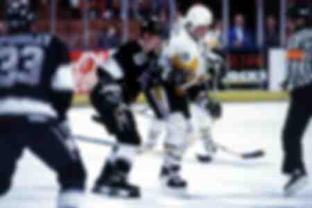 Wayne Gretzky de Los Angeles Kings contra Mario Lemieux de los Pittsburgh Penguins