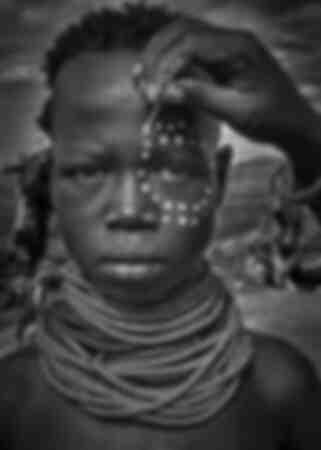Malen Sie das Gesicht eines Mädchens aus dem Karo-Stamm Omo ValleyÄthiopien