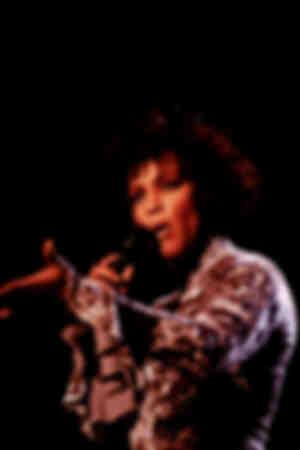 Die amerikanische Sängerin und Schauspielerin Whitney Houston tritt während eines Konzerts 1993 auf