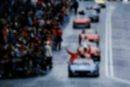 Le pilote automobile allemand Michael Schumacher salue ses fans 1997