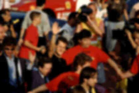 Le pilote automobile allemand Michael Schumacher salue les fans de Ferrari 1997