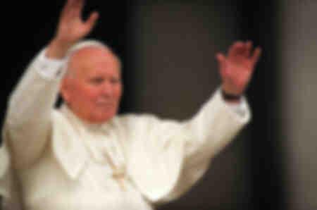 Papst Johannes Paul II. winkt den Gläubigen zu