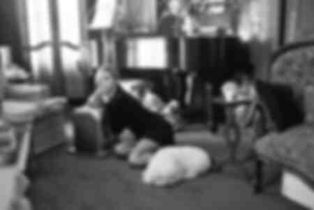 Barbra Streisand dans le salon de sa maison
