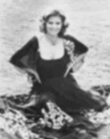 Claudia Cardinale assise sur l'herbe