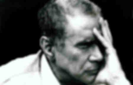 Enzo Tortora avec une main sur son visage