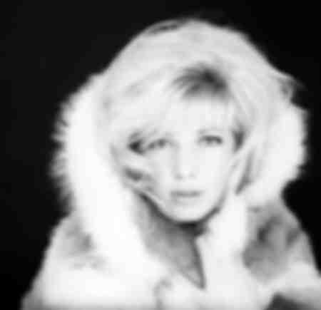 Monica Vitti porte un manteau de fourrure