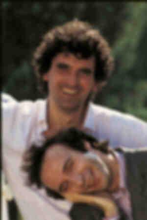 Ritratto di Roberto Benigni e Massimo Troisi sorridenti