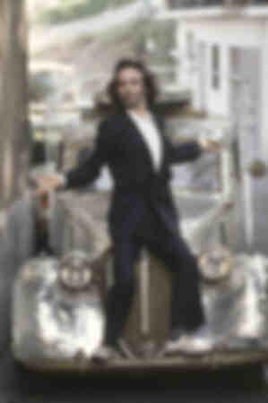 Roberto Benigni in piedi su un parafango