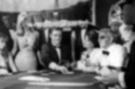 Sean Connery Claudine Auger och Adolfo Celi på kasinot i filmen Operation Thunder