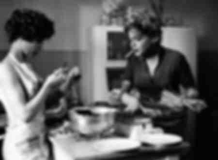 Simone Signoret mit Emmanuelle Riva beschäftigt in der Küche